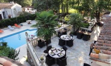 Terrasse en surplomb de piscine