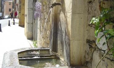 terrasse à côté de la fontaine