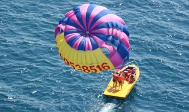 Jeux nautiques: Parachute ascensionnel