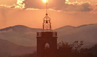 Soleil couchant sur le clocher