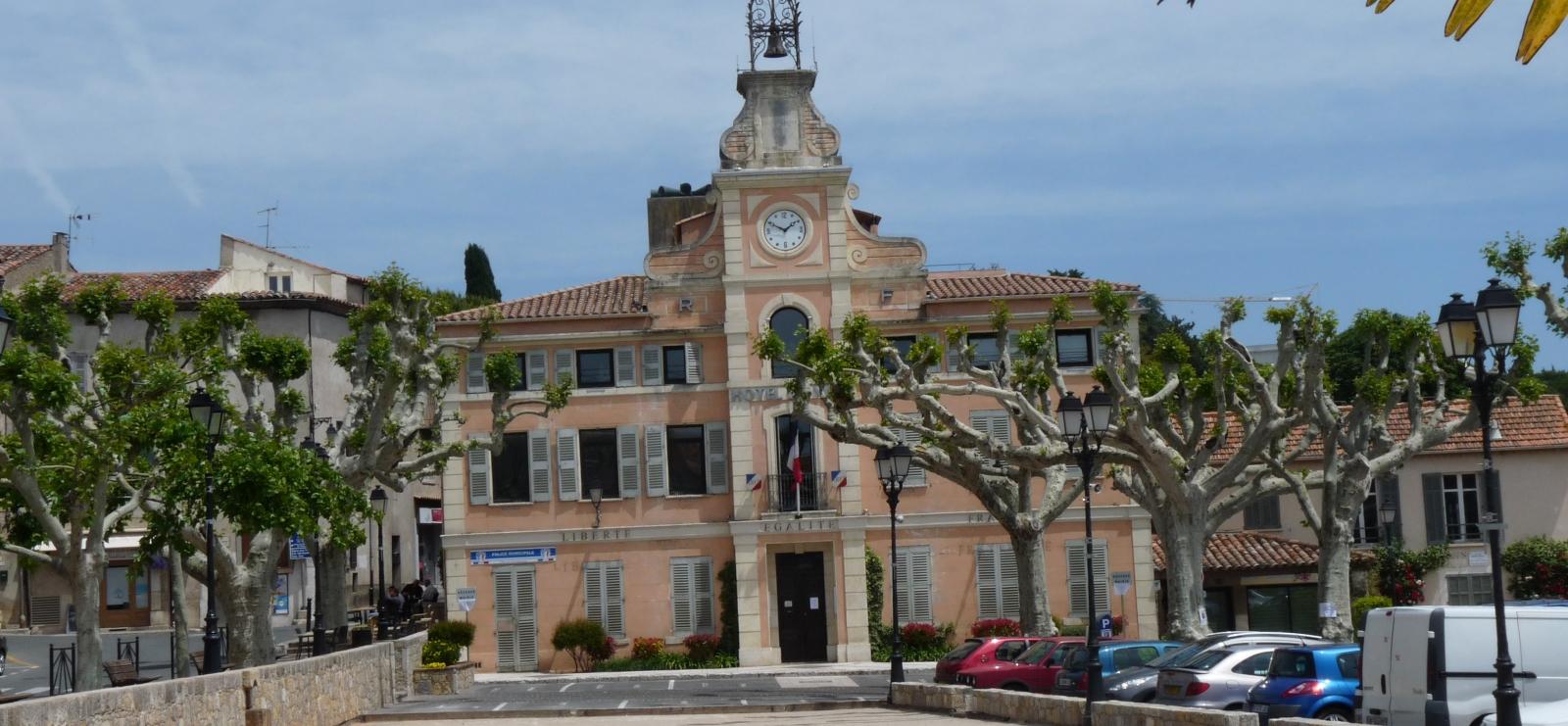 La place du Clos, sa mairie, son campanile