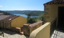 terrasse des gîtes du lac avec vue sur lac St Cassien