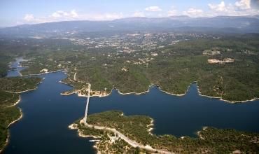 vision aérienne du lac de St Cassien