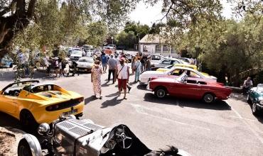 Rassemblement de voitures anciennes de 1940 à 1990